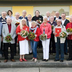 Landesvorsitzender Thorsten Schäfer-Gümbel und Ortsvereinsvorsitzender Hans-Peter Steckbauer mit den Jubilaren
