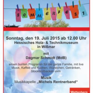 """Der Einladungsflyer zum Sommerfest. Abgebildet sind bunte Wimpel mit dem Wort """"Sommerfest"""". Der Text entspricht dem nebenstehenden Artikel."""