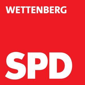 """Das Logo der SPD Wettenberg: ein rotes Quadrat, auf dem in weißer Schrift am oberen Rand """"Wettenberg"""" und unten groß """"SPD"""" steht."""