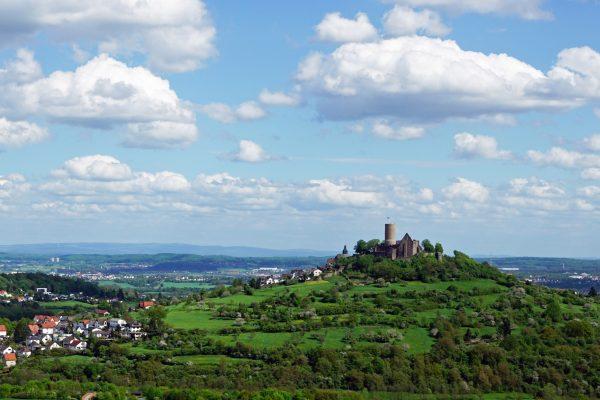 Eine Luftaufnahme der Burg Gleiberg mit den angrenzenden Dörfern.