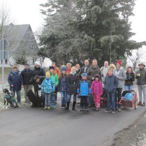 Die TeilnehmerInnen (7 Kinder, 15 Erwachsene, 2 Hunde) mit Bollerwagen am Krofdorfer Ortsausgang Richtung Waldhaus