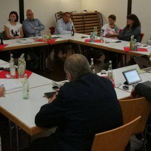 Die 21 TeilnehmerInnen an der Fraktions- und Vorstandsklausur im Tempelchen Gleiberg diskutieren.