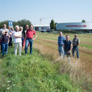 SPD-Mitglieder und interessierte Bürger im Gewerbegebiet Launsbach, im Hintergrund das Porschezentrum.