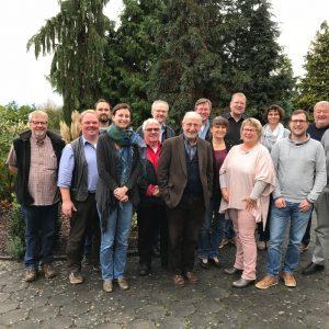 Gruppenbild: ein Teil der Fraktion und des Ortsvereinsvorstandes vor dem Hotel in Limburg